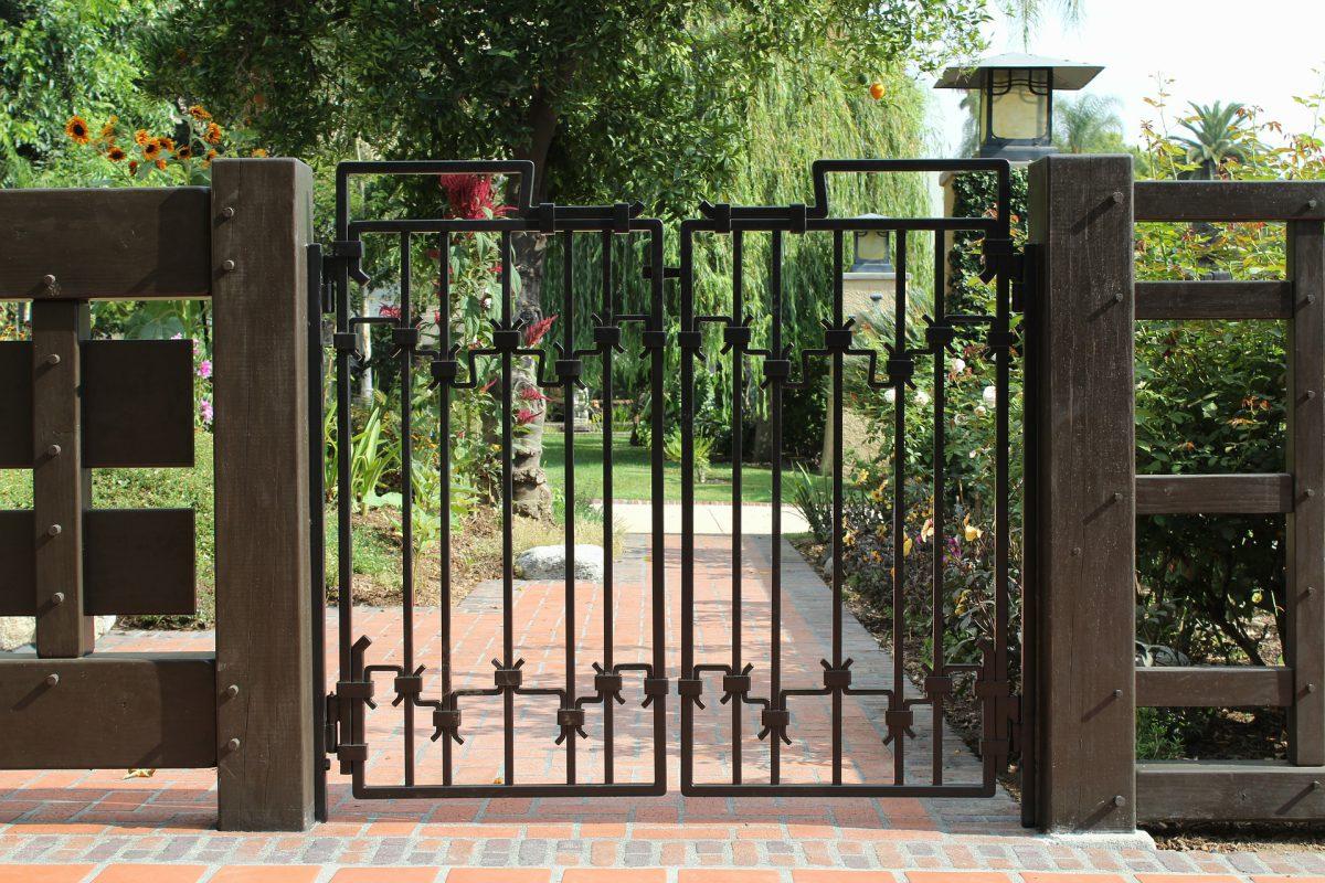 Zawiasy do bram jako istotny element konstrukcyjny